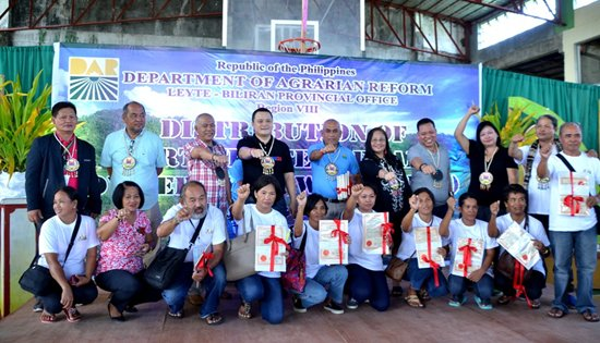 Leyte farmers receive CLOA