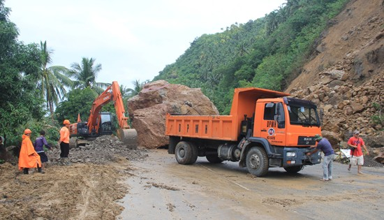 Rockslide along Calbayog-Allen road section