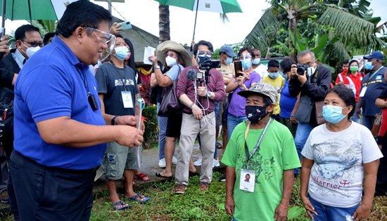 Castriciones delivers CLOAs in Leyte